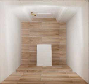Интерьер санузла 2 кв.м в древесных тонах, потолочные светильники, керамическая плитка, унитаз