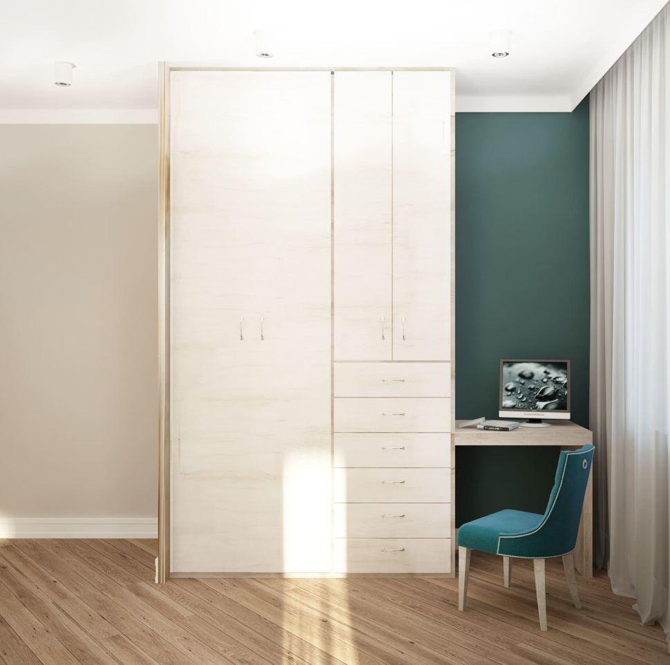 Интерьер спальни 22 кв.м в бежевых тонах с синими акцентами, белый шкаф, зеленый стул, штукатурка, бра, декор, паркет