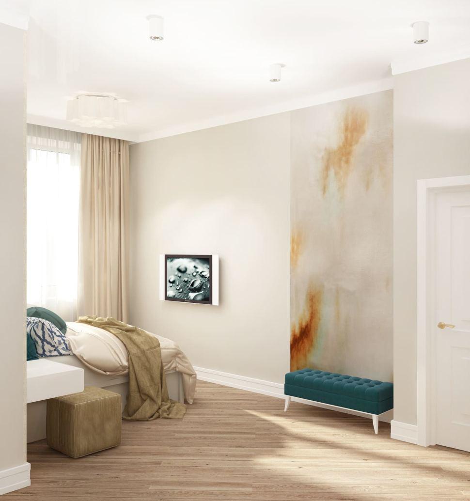 Дизайн спальни 22 кв.м в бежевых тонах с синими акцентами, портьеры, синие обои, белый рабочий стол, белый шкаф