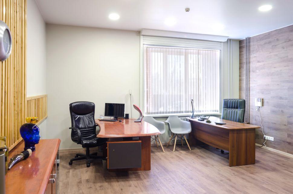 Дизайн-проект офисного помещения 32 кв.м, комод под дерево, декоративные деревянные рейки, часы, элементы декора, пвх плитка, рабочие столы, офисные кресла