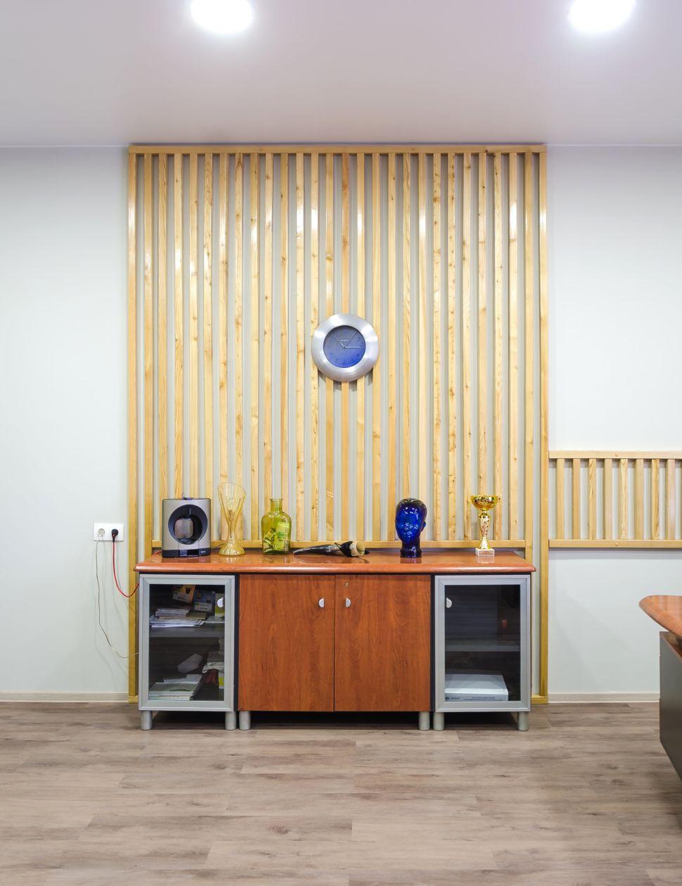 Интерьер офиса 32 кв.м , комод, декоративные деревянные рейки, часы, декор, пвх плитка