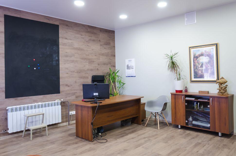 Фотография кабинета 32 кв.м , рабочие столы, пвх плитка, радиатор, грифельная доска, компьютер, серые стулья, элементы декора