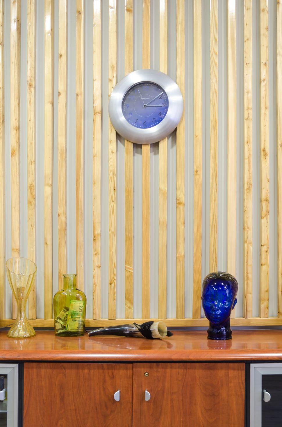 Дизайн-проект кабинета 32 кв.м, декоративные деревянные рейки, комод под дерево, элементы декора, рог, голова, часы, ваза