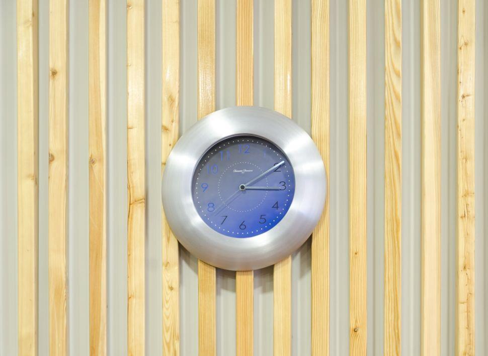 Дизайн-проект кабинета 32 кв.м, декор, деревянные рейки, часы, светильники