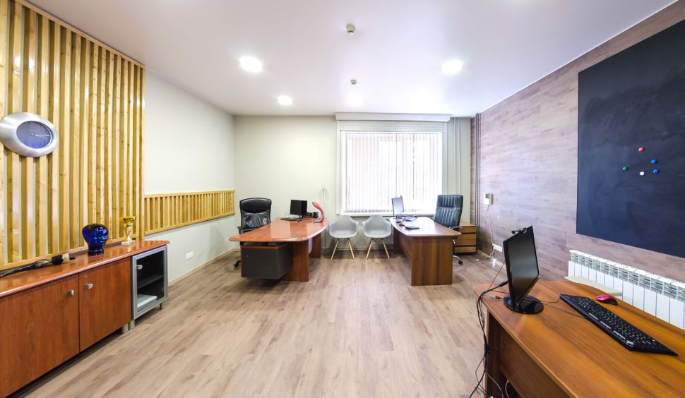 Визуализация офиса 32 кв.м , рабочие столы, декоративные деревянные рейки, пвх плитка, комод, тумба, серые стулья, грифельная доска