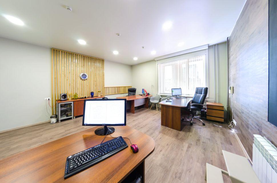 Дизайн-проект офисного помещения 32 кв.м, рабочие столы, декоративные деревянные рейки, пвх плитка, комод, компьютер, черное офисное кресло