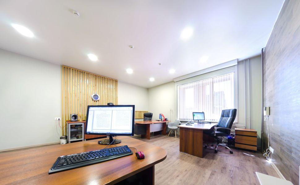 Интерьер офисного помещения 32 кв.м, рабочие столы, декоративные деревянные рейки, пвх плитка, комод, тумба, компьютер, офисное кресло