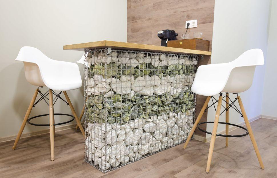 Интерьер коридора офисного помещения 32 кв.м, барная стойка, деревянная столешница, шкатулка, пвх плитка, барные стулья, металлический каркас