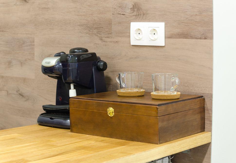 Фото коридора 25 кв.м офисного помещения, барная стойка, столешница под дерево, шкатулка, пвх плитка