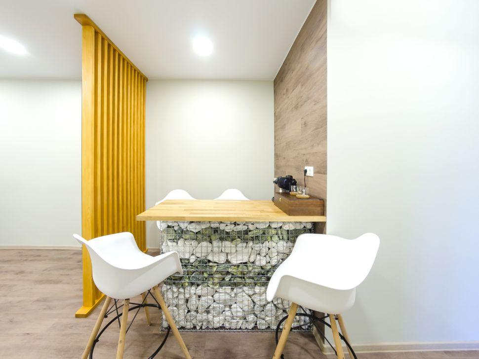 Дизайн-проект коридора 25 кв.м офисного помещения, барная стойка, декоративные камни, белые барные стулья, пвх плитка, декоративная желтая перегородка