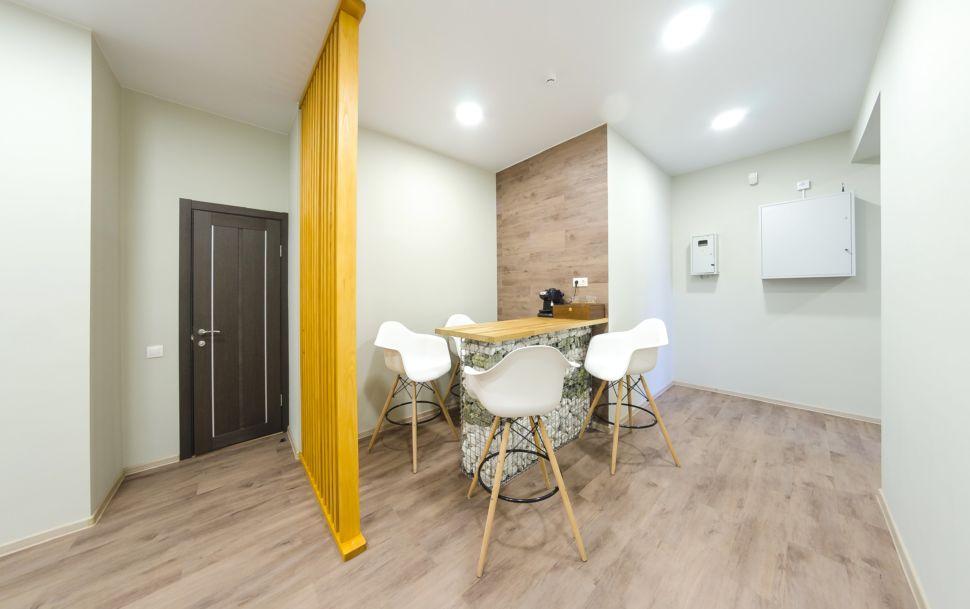 Интерьер коридора 25 кв.м офиса, барная стойка, белые барные стулья, пвх плитка, декоративная деревянная перегородка