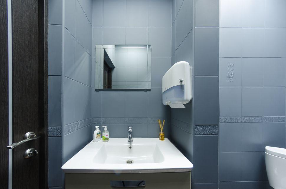 Фотография санузла 2 кв.м офиса, керамическая плитка серого цвета, мойка, унитаз, бумажные полотенца, зеркало