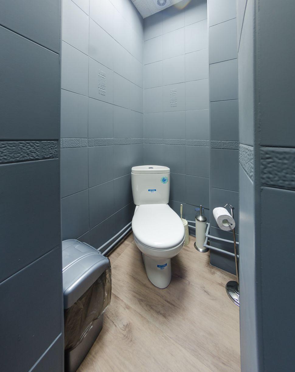 Дизайн-проект санузла офиса, керамическая плитка серого цвета, санузел, мойка, унитаз, мусорное ведро, плитка