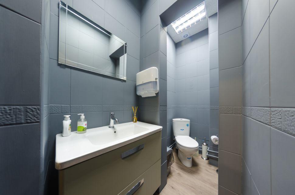 Интерьер санузла 2 кв.м офисного помещения, керамическая плитка, керамический гранит, санузел, мойка, унитаз, бумажные полотенца, зеркало,
