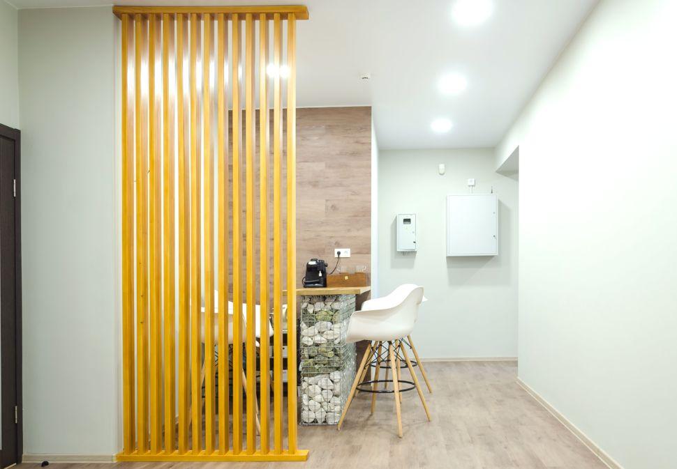 Фотография коридора 25 кв.м офисного помещения, барная стойка, барные стулья, пвх плитка, декоративная перегородка из брусков