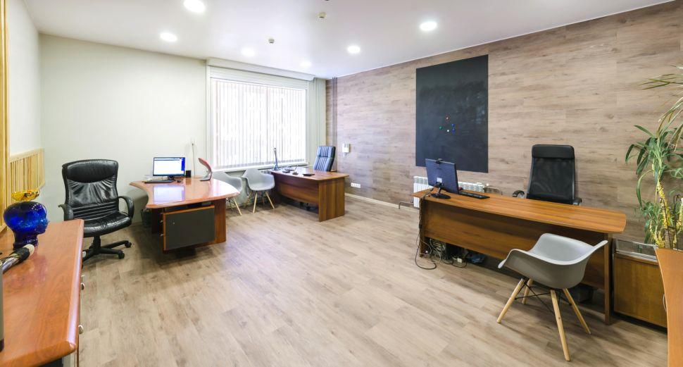 Дизайн-проект офиса 32 кв.м, комод, декоративные деревянные рейки, часы, декор, пвх плитка, рабочие столы, кресла, растение