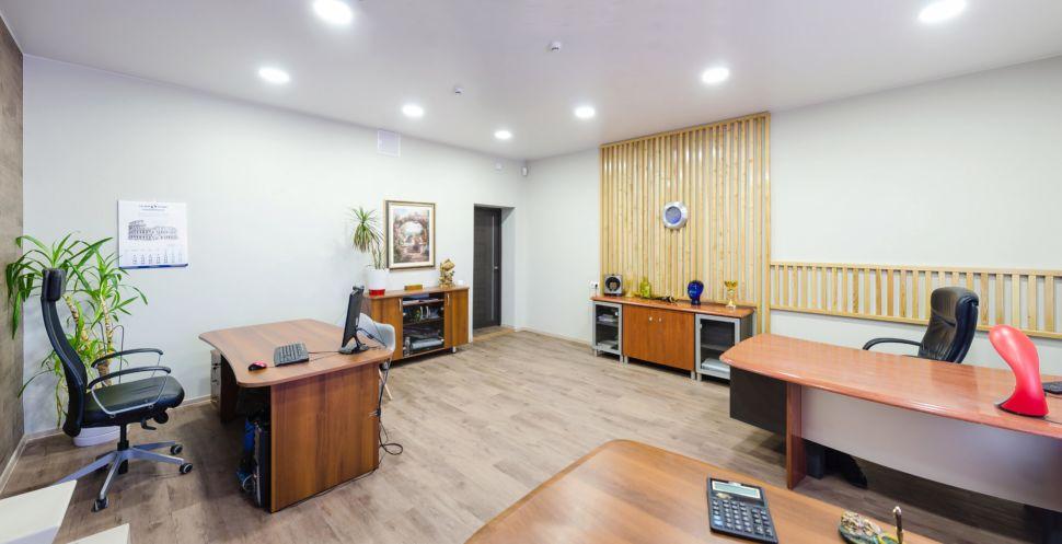 Фотография офисного помещения 32 кв.м, комоды, декоративные деревянные рейки, часы, декор, пвх плитка, рабочие столы, офисные кресла