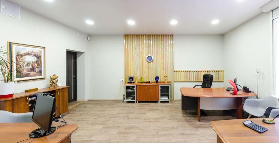 Дизайн-проект кабинета 32 кв.м, комод, часы, элементы декора, пвх плитка, рабочие столы, кресла, потолочные светильники