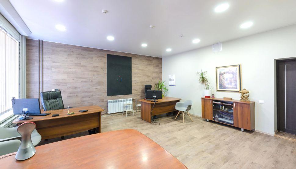 Интерьер офиса 32 кв.м, комод, декоративные деревянные рейки, доска под грифель, пвх плитка, радиатор, рабочие столы, пвх плитка