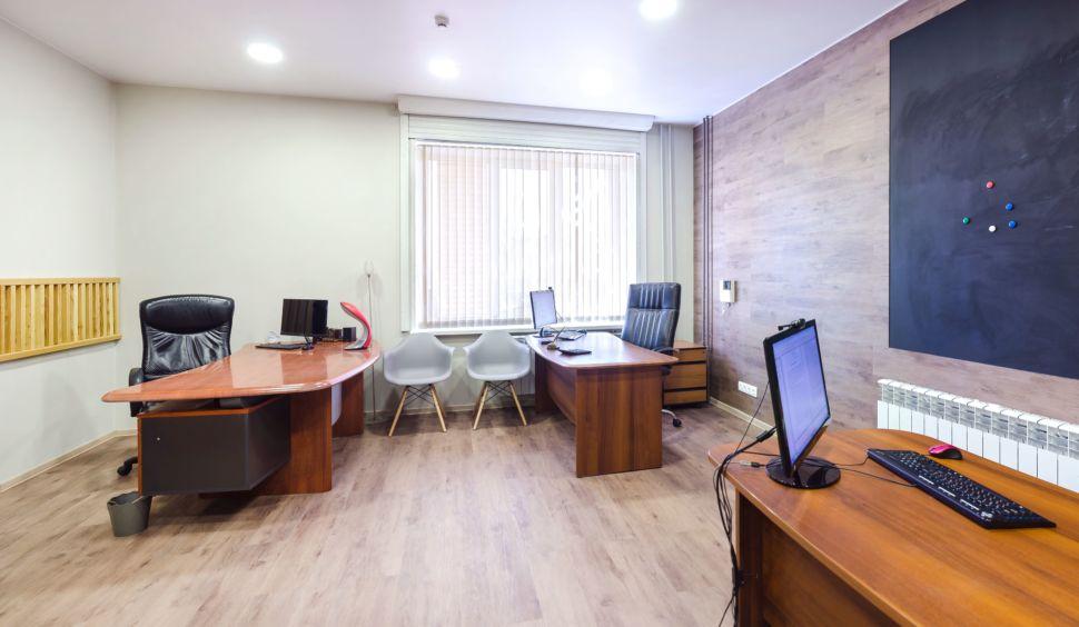 Интерьер офиса, грифельная доска, потолочные светильники, декоративные рейки, компьютер, декор, пвх плитка
