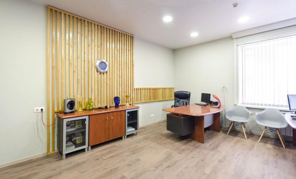 Дизайн-проект офиса 32 кв.м, деревянный комод, декоративные деревянные рейки, часы, декор, пвх плитка, рабочие столы, серые стулья