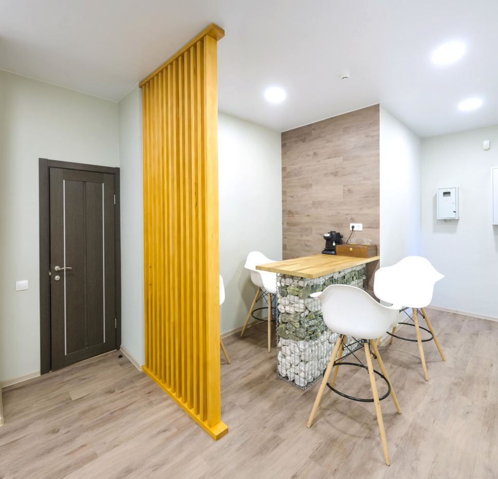 Фотография коридора 25 кв.м офисного помещения, барная стойка, барные стулья, пвх плитка, желтая деревянная перегородка, межкомнатная дверь