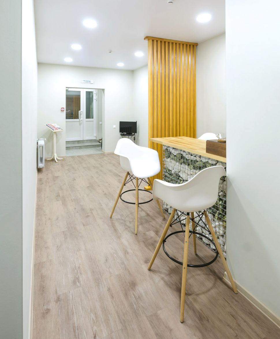Дизайн-проект прихожей 25 кв.м офисного помещения, столешница, барные стулья, пвх плитка, желтая перегородка, потолочные светильники