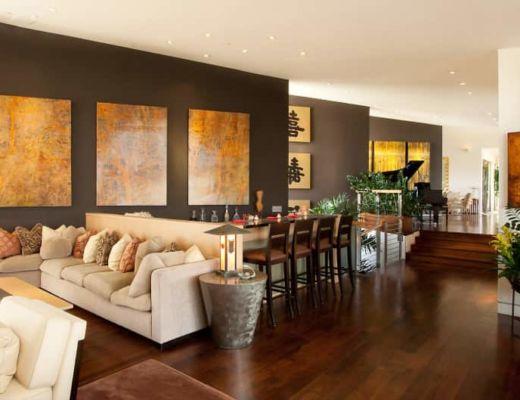 Фото 65 - Красивая гостиная с яркими дизайнерскими картинами, которые подчеркивают утонченный восточный стиль интерьера [24]