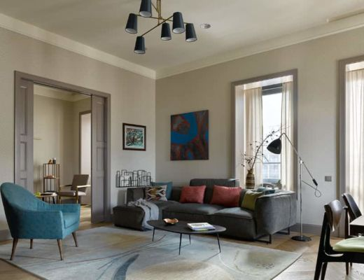 Фото 17 - Интересное решение гостиной с сочетанием голубого кресла, темного дивана и светлого ковра [7]