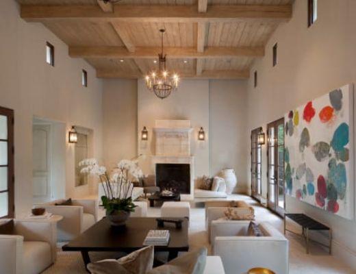 Фото 84 - Необычное применение декорирования длинной гостиной, за счет применения нейтральных тонов визуально приподняли потолок, а также внесли легкость в общий интерьер [37]
